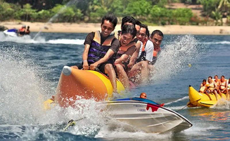 Bermain Banana Boat di Tanjung Benoa